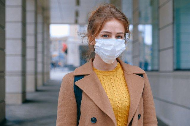 Frau mit Maske wegen Corona